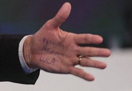 Bolsonaro se irrita quando perguntando de 'cola' durante debate e abandona entrevista