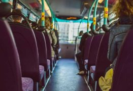 Homem é detido em ônibus após se masturbar ao lado de jovens