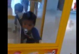VEJA VÍDEO: criança fica presa em máquina de brinquedos em shopping