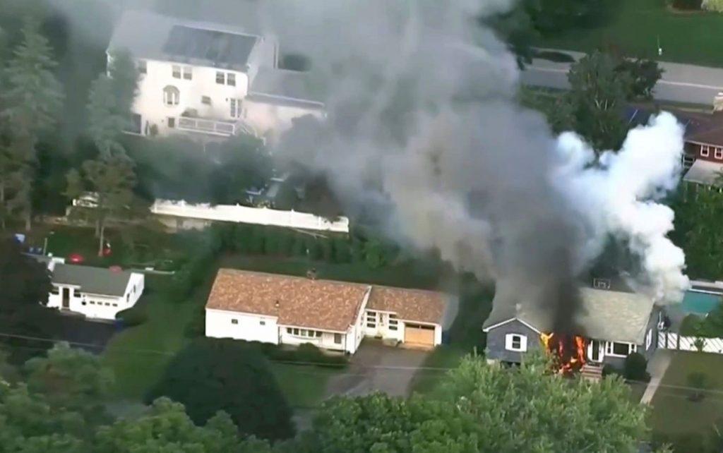 ap18256793846977 1024x642 - Dezenas de casas pegam fogo ao mesmo tempo em Massachusetts, nos EUA - VEJA FOTOS!