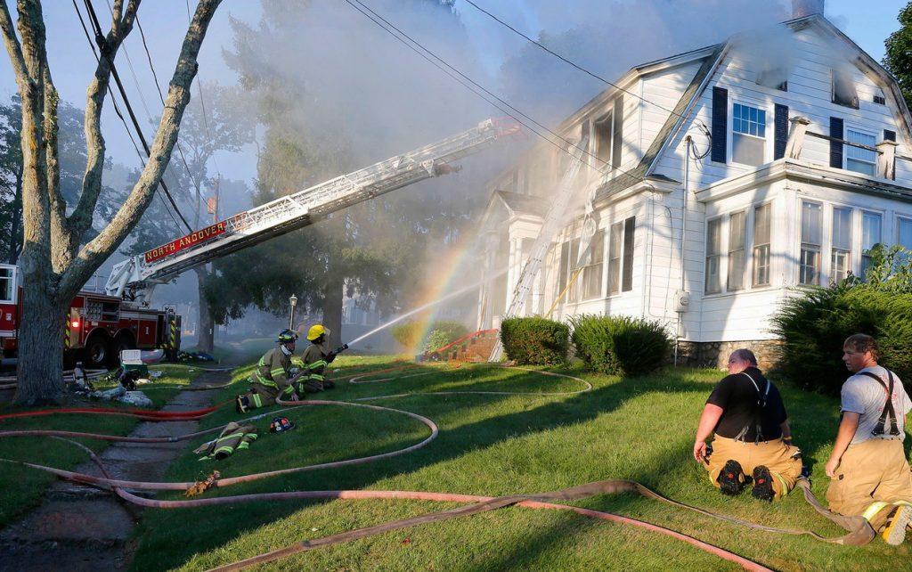 ap18256806972729 1024x642 - Dezenas de casas pegam fogo ao mesmo tempo em Massachusetts, nos EUA - VEJA FOTOS!