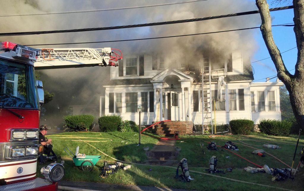 ap18256808159394 1024x642 - Dezenas de casas pegam fogo ao mesmo tempo em Massachusetts, nos EUA - VEJA FOTOS!