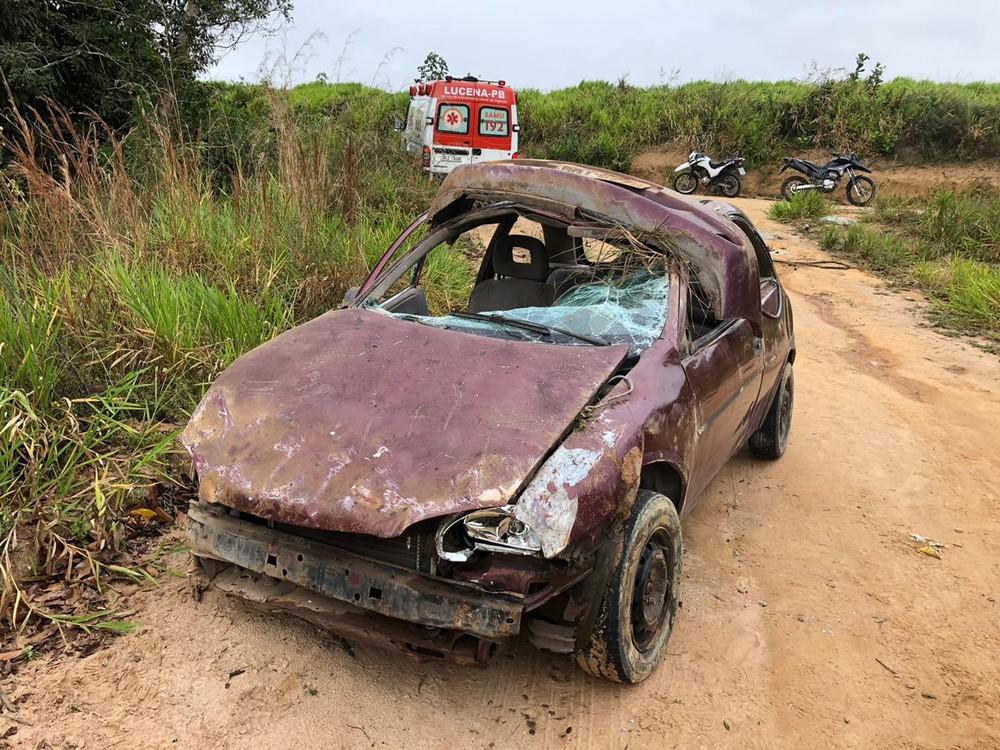 carro capotado em lucena 1 - Criança é arremessada para fora do carro, em acidente na PB