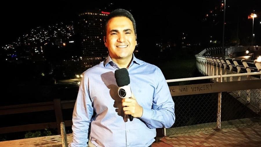 dennes queiroz da record rj que foi atropelado durante reportagem 1535759850000 v2 900x506 - Repórter da Record Rio quebra a perna ao ser atropelado durante jornal