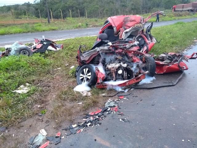 e068f90f 4965 46a3 adde cd945cd7bab5 - Duas pessoas morrem em grave acidente entre carro e caminhão
