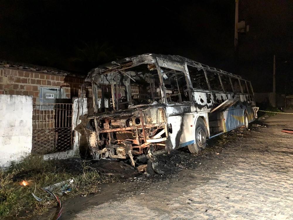 onibus incendiado2 - Ônibus fica destruído após incêndio na Zona Sul de João Pessoa
