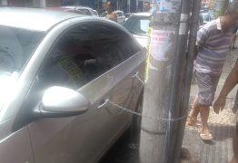 Homem acorrenta carro em poste e veículo prejudica acesso de moradores a prédio