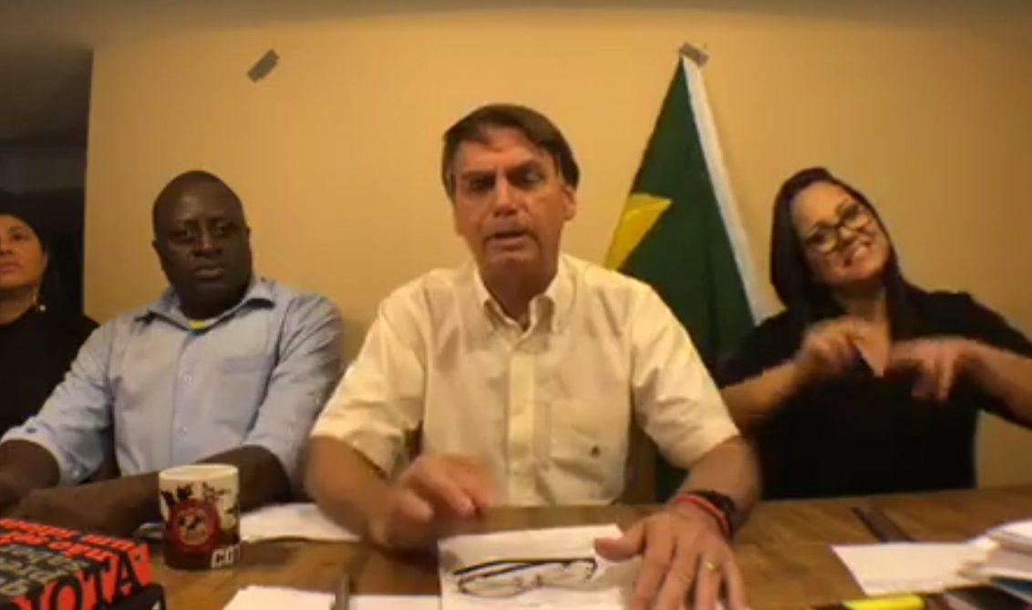 bandeiracaibozo 1132x670 1 - Bandeira do Brasil cai de cenário durante live de Bolsonaro; assista ao vídeo