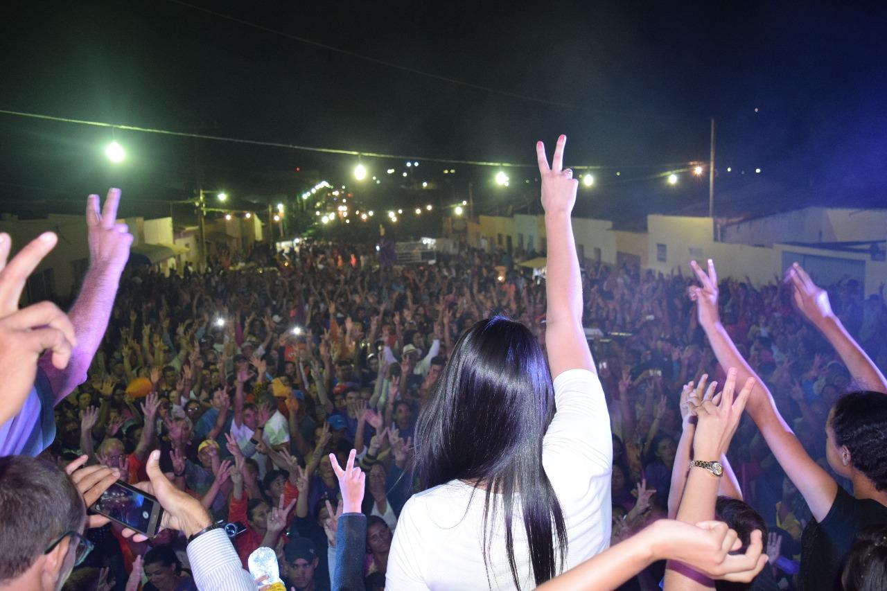 comicio final - Uma multidão acompanhou Rafaela Camaraense durante encerramento de suas atividades políticas em Cuité