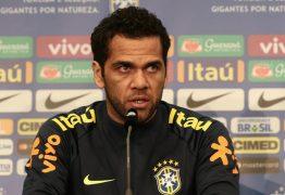 Daniel Alves volta a treinar com PSG após 6 meses