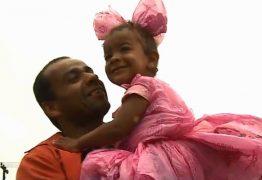 IS THIS LOVE: Pai usa sacolas de mercado para criar fantasia de princesa para filha