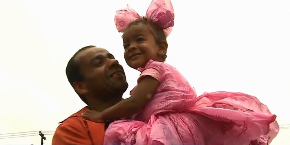 fantasia - IS THIS LOVE: Pai usa sacolas de mercado para criar fantasia de princesa para filha