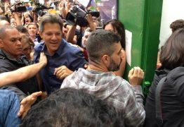 VEJA VÍDEO: Acompanhado da esposa, Haddad vota em escola de São Paulo