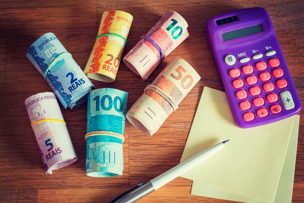 dinheiro calculadora papel - Quer ter um negócio para se dedicar meio período? Veja 10 opções e cuidados