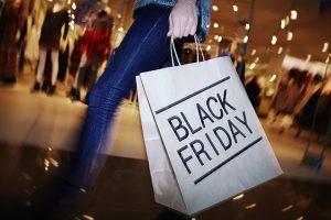 pessoa com sacola na black friday 300x200 - Black Friday: shopping e lojas abrem a partir das 6h em João Pessoa
