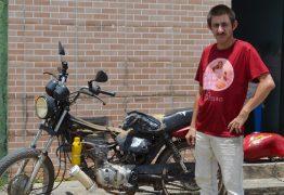 Após greve dos caminhoneiros, paraibano analfabeto cria moto movida a água