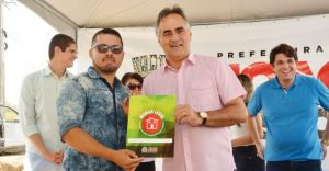 Luciano 1 300x156 - Luciano Cartaxo entrega posse de apartamentos a 288 famílias