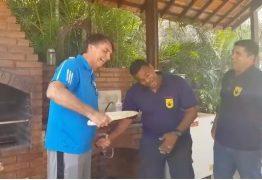 VEJA VÍDEO: Bolsonaro segura faca e brinca com atentado sofrido na campanha