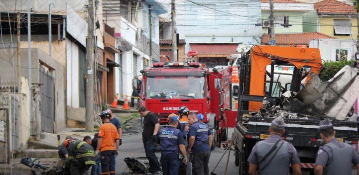 destroços avião - Destroços de avião são removidos de área residencial em São Paulo