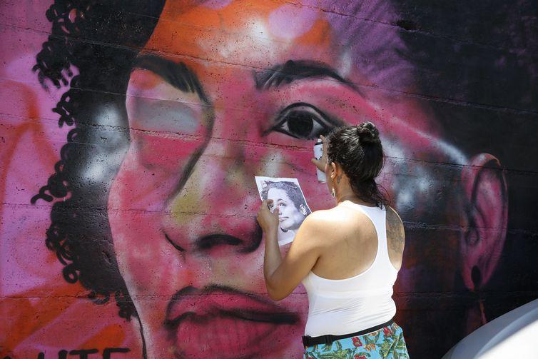 grafite marielle - Grafites de Marielle e Maria da Penha são alvos de ataques de vândalos no Rio