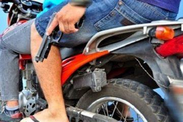 moto com arma 700x418 533x300 360x240 - Bandidos arrombam estabelecimentos comerciais em João Pessoa