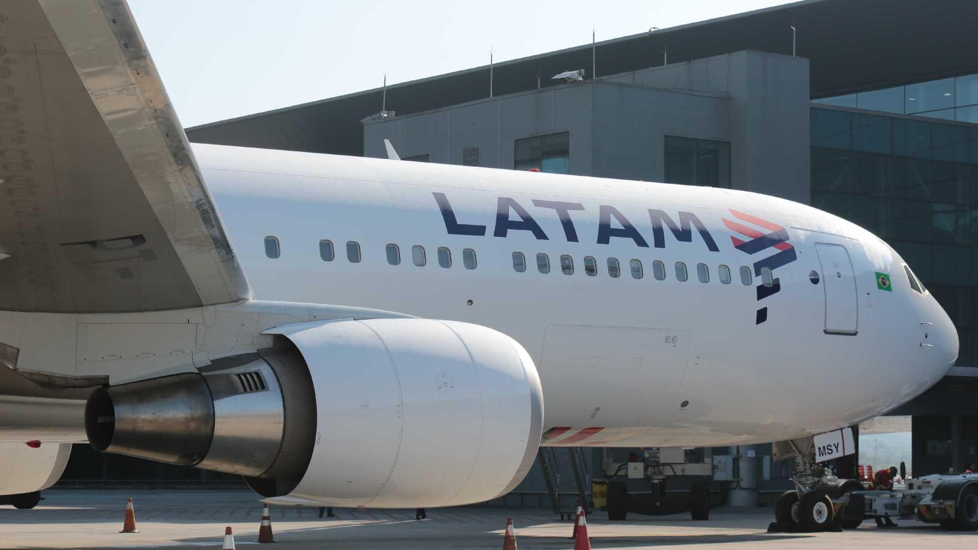 voo latam - PROBLEMAS TÉCNICOS: Voo da Latam tem problemas e retorna a aeroporto após decolagem