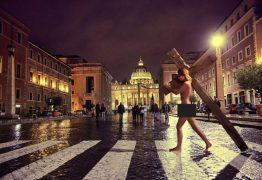 Modelo é presa após posar nua com uma cruz no Vaticano
