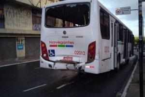 acidente onibus varadouro 2 300x200 - COLISÃO: Passageiras ficam feridas em acidente entre ônibus em João Pessoa