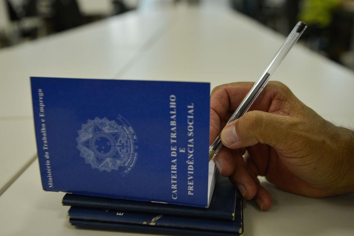 carteira de trabalho - País registra em 2018 o primeiro saldo positivo de empregos formais