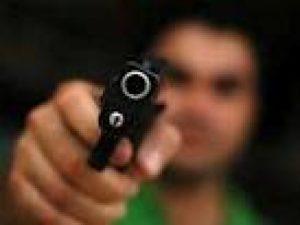 pessoa armada 300x225 - Policial Militar atira e mata suspeito de assalto em João Pessoa
