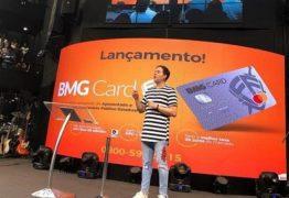 Pastor lança cartão de crédito no culto e causa revolta na Internet