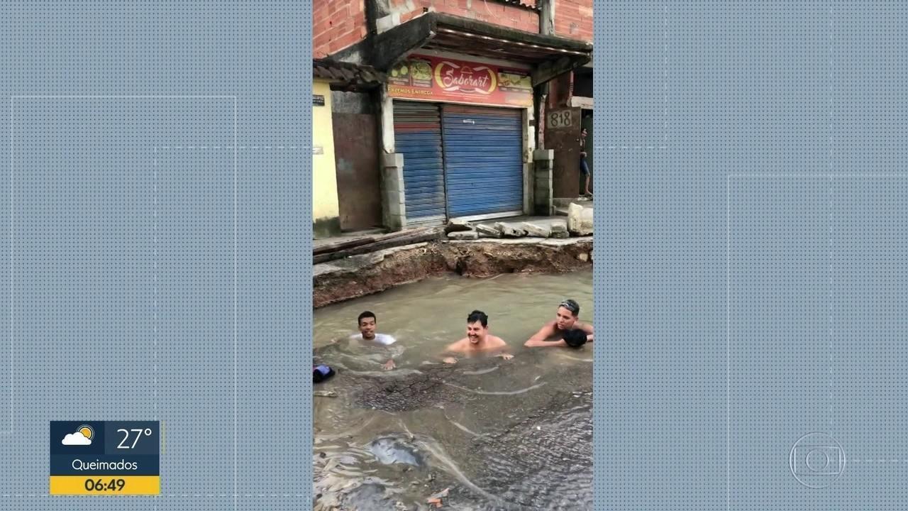 7383690 x720 - Buraco de vazamento vira 'piscina' de moradores - VEJA  VÍDEO