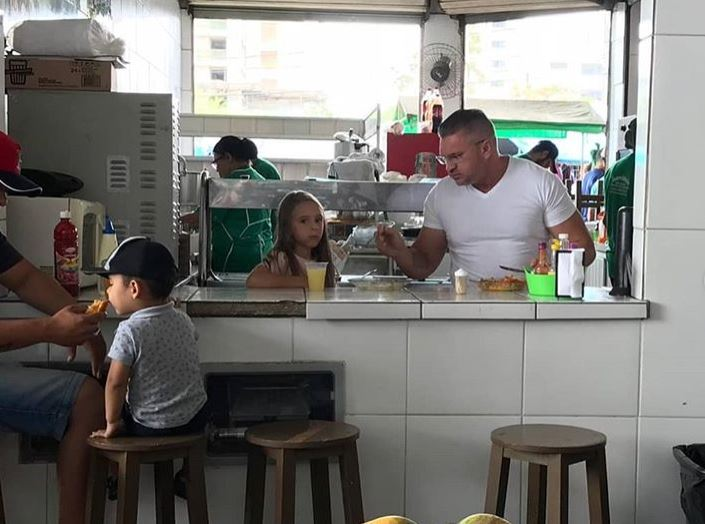 cult - Na feira da Prata, Julian Lemos repassa para filhos herança cultural que herdou dos pais