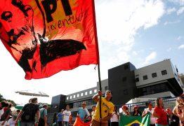 PT faz missa do 7º dia do irmão de Lula em frente à PF nesta terça