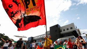 naom 5acd07d779641 300x169 - PT faz missa do 7º dia do irmão de Lula em frente à PF nesta terça
