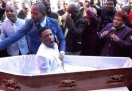 MILAGRE: Pastor causa polêmica após 'ressuscitar' fiel de dentro do caixão; VEJA VÍDEO