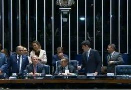 APERTADO: José Maranhão esquece microfone aberto e afirma que dará 'uma mijadinha' – Ouça