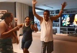 Zeca pagodinho se anima com samba em casa e dança com funcionárias; VEJA VÍDEO