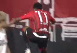 Brasileiro cai em fosso do estádio do seu novo clube ao comemorar gol no Japão