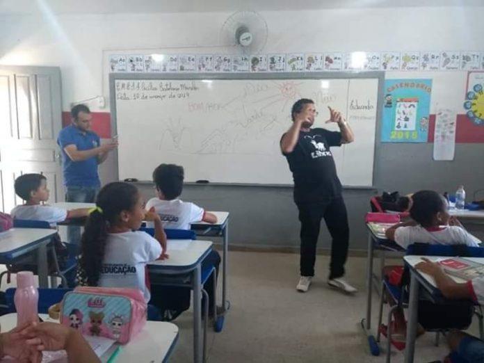 libras1 696x522 - Secretaria de Educação de Cajazeiras oferece curso de Libras aos alunos das escolas do município