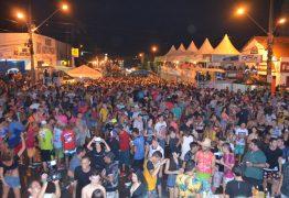 Debaixo de muita chuva, folião vai ao Corredor da Folia no terceiro dia brincar no Carnaval de Cajazeiras