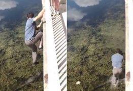 Homem pula de ponte em cima de jacaré; VEJA VÍDEO