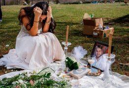 'Noiva viúva' põe vestido branco para 'cerimônia' em cemitério
