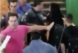 VIOLÊNCIA: Policial entra em escola e usa arma para empurrar aluna; VEJA VÍDEO