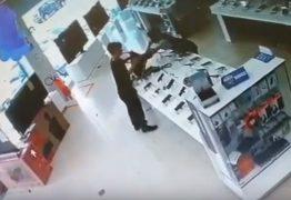 Bandidos roubam celulares de loja perto de delegacia na Epitácio; VEJA VÍDEO