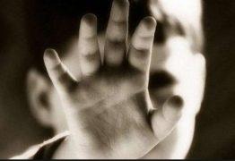 Pai espanca filho de 3 anos que brincava com batom