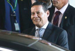Mourão ironiza pedido de impeachment: 'Se prosperar, eu volto para a praia'