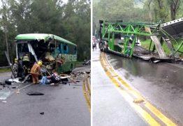 TRAGÉDIA: Acidente com ônibus e carreta deixa ao menos 4 mortos e mais de 10 feridos