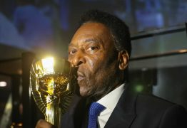 Pelé segue internado em Paris, mas estafe diz: 'Não há pressa de sair'