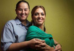 Pastora gay Lanna Holder choca ao divulgar foto íntima com esposa